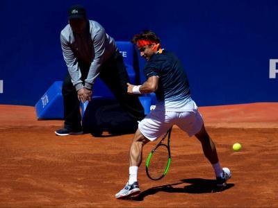 Ferrer torna la bola per sota les cames durant el partit d'ahir