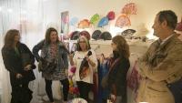L'artesana Concha Blanch explica com es fan els vanos de seda a la seva botiga del carrer de la Freneria de Barcelona