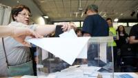 Una dona votant a les eleccions municipals de fa quatre anys, a la ciutat de Barcelona