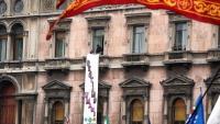 """Dues persones despleguen una pancarta que diu """"no perdem la humanitat"""", des d'un balcó de la plaça del Duomo de Milà, dissabte, coincidint amb l'acte dels líders de la ultradreta europea"""