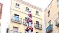 El 3 de 9 que la Colla Vella va descarregar a Valls; al costat, el 3 de 9 que els Castellers de Vilafranca van completar ahir a la plaça de la Vila