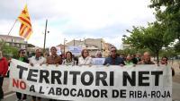Manifestants en la mobilització en contra de l'abocador de Riba-roja que es va fer ahir