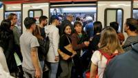 Aglomeracions d'usuaris al metro en la jornada de vaga del 20 de maig
