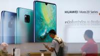 Un client revisa un telèfon Huawei en una botiga de la marca a Bangkok (Tailàndia)