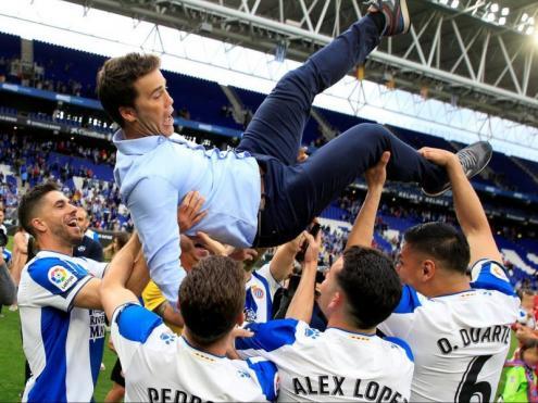 Joan Francesc Ferrer, 'Rubi', mantejat pels seus futbolistes al final del partit contra la Real Sociedad