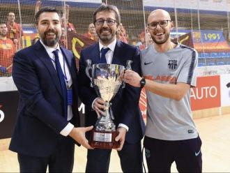 Jordi Roca –el segon tècnic–, Edu Castro i el preparador físic Dani Fernández, amb la copa a Reus