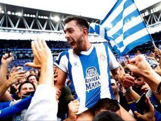Borja Iglesias en un moment de les celebracions , arran de gespa, dissabte al RCDE Stadium.