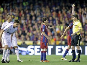 Undiano mostra una groga a Messi en la final del 2011