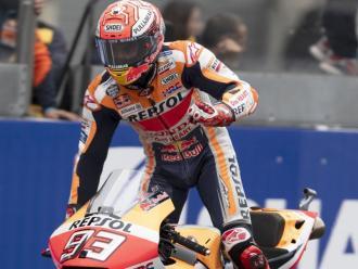 Márquez s'aixeca de la moto després de guanyar la cursa de Le Mans