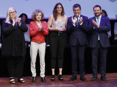 Erika Villaécija , acompanyada de la comissionada d'Esports de Barcelona  Marta Carranza i del president de la Federació Catalana de Natació Enric Bertrán