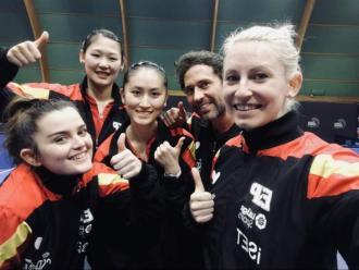 Dvorak (dreta) i Zhang (al centre), amb la resta de l'equip espanyol