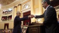 El senador Raül Romeva, després d'acatar la Constitució, encaixa la mà amb l'acabat de nomenar president de la cambra alta Manuel Cruz