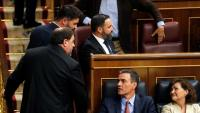 Pedro Sánchez i Oriol Junqueras, es creuen i Abascal li gira la cara