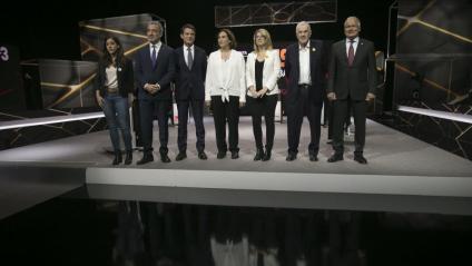 Saliente, Collboni, Valls, Colau, Artadi, Maragall i Bou, al plató abans de començar el debat