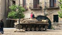 Un tanc al set de rodatge del Prat de Sant Pere, i figurants –els conductors dels vehicles– en una pausa de la filmació