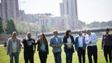 Maragall, amb candidats d'ERC a les llistes de Badalona, Montcada, Sant Adrià i Santa Coloma, ahir al parc fluvial del Besòs