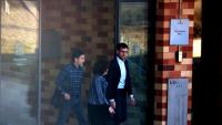 Oriol Pujol sortint per la porta de la presó de Brians 2 amb dues persones més, el 29-3-19
