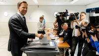 El primer ministre holandès, Mark Rutte, exercint el seu dret a vot, ahir, en un col·legi electoral a la Haia (Països Baixos)