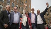 Borrell, Timmermans , Marín, Sánchez i Collboni, ahir, a l'escenari de la Fabra i Coats saludant al públic en l'acte central de campanya del PSC.