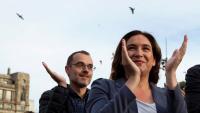 Ada Colau aplaudint ahir una de les intervencions en l'acte que es va fer a la plaça de Catalunya