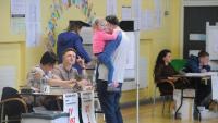 Un home amb una nena en braços exerceix el seu dret a vot en un col·legi electoral a Dublín, ahir