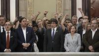 Els diputats de JxSí i la CUP a l'escala del Parlament després d'aprovar-se al ple la declaració d'independència, el 27 d'octubre del 2017