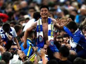 Wu lei, dissabte, amb els aficionats després d'aconseguir la classificació per a l'Europa League.