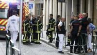 Els equips d'emergències es van desplegar pel lloc on es registrar l'explosió d'un paquet bomba, ahir a Lió.