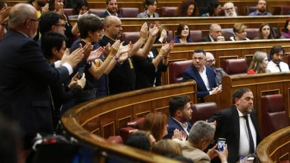 Diputats d'ERC aplaudint Oriol Junqueras al Congrés