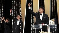 El director sud coreà Bong Joon-Ho mostra la seva alegria després de rebre la Palma d'Or en el Festival de Canes