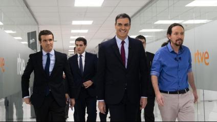 Pablo Casado, Pedro Sánchez, Albert Rivera i Pablo Iglesias caminant cap al plató del debat a quatre a RTVE, el 22 d'abril