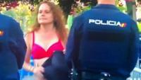 L'aficionada del Barça Sílvia Guerrero, traient-se la samarreta davant la Policia Nacional a Sevilla