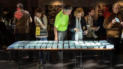 Ciutadans agafant paperetes a Barcelona