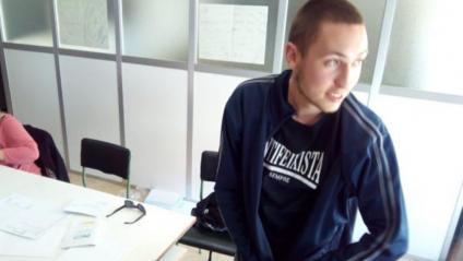 El jove que s'ha hagut de tapar la samarreta amb el lema 'Antifeixista sempre'