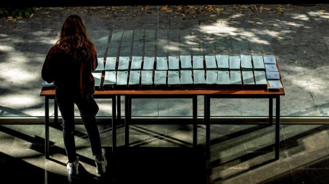 una persona davant de les paperetes en un col·legi de Barcelona