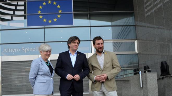 Els candidats de Lliures per Europa Clara Ponsatí, Carles Puigdemont i Toni Comín a les portes de l'Eurocambra