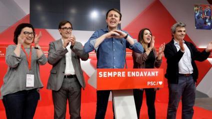 El candidat europeu Javi López celebrava els resultats del PSC acompanyat del secretari d'organització i la portaveu parlamentària.
