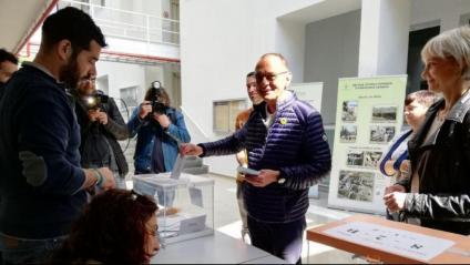 El candidat més votat en les municipals de Lleida, Miquel Pueyo, a l'hora de dipositar ahir el seu vot
