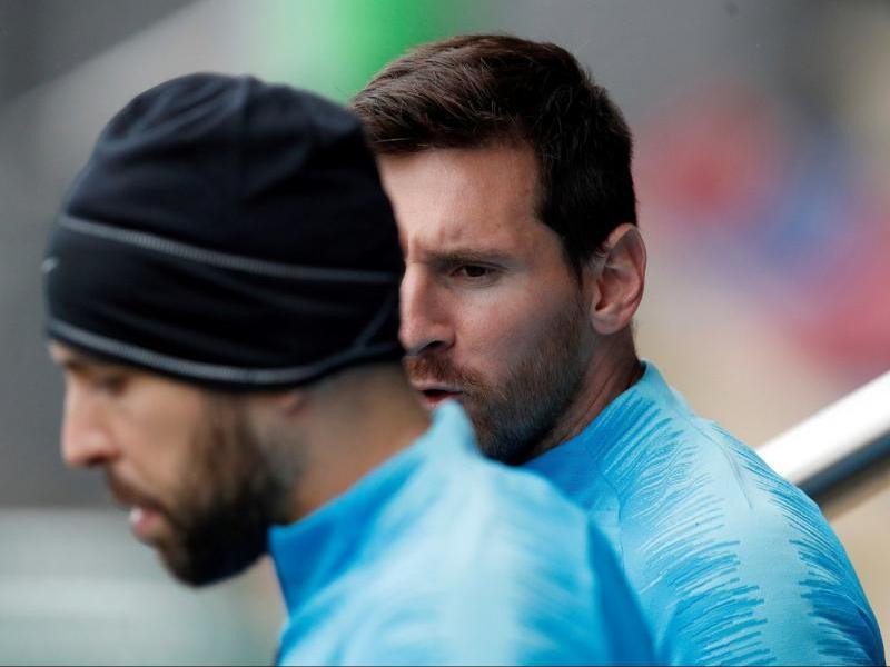 Messi parlant amb Jordi Alba en l'entrenament d'ahir a la ciutat esportiva del Barça