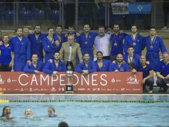 La plantilla de l'Atlètic Barceloneta, amb el trofeu de campió