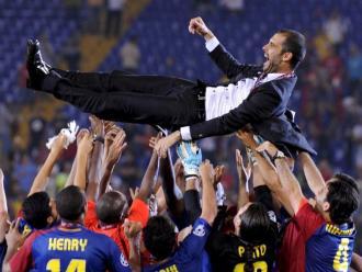Una icònica imatge de la nit del 27 de maig del 2009: Guardiola, mantejat pels seus futbolistes