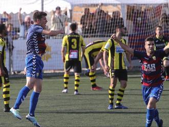 Aimar i Sascha celebren el segon gol del Llagostera davant la desesperació dels jugadors del Portugalete