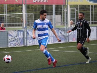 Héctor protegeix la pilota davant un atacant rival
