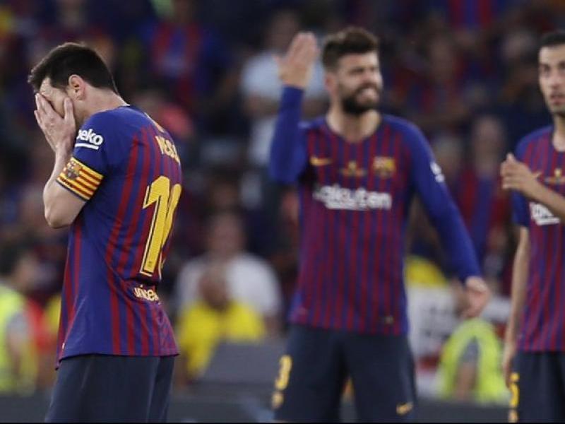 Messi, abatut mentre Piqué protesta i Busquets mira al cel