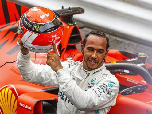 Lewis Hamilton, recordant la figura de Lauda al final de la cursa de Mònaco.