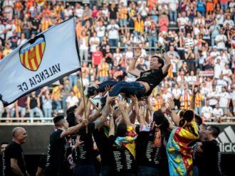 Marcelino, ahir, mantejat al mig de Mestalla pels seus futbolistes