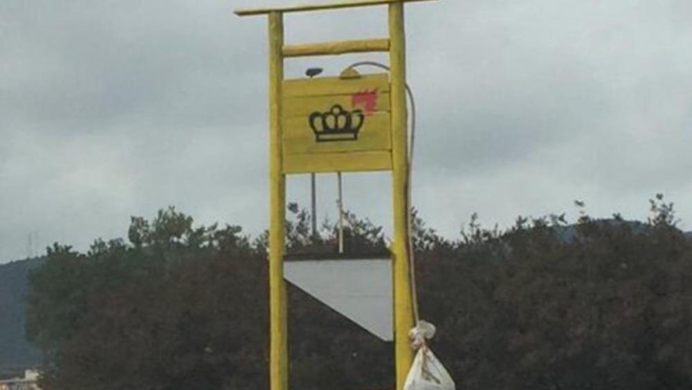Una guillotina posada a Celrà contra la monarquia espanyola, també ha estat destrossada pels ultres