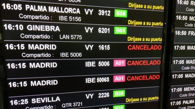 Panell informatiu on es veu l'anunci d'alguns dels vols cancel·lats