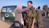 Un civil abraça un soldat de l'exèrcit sirià quan arriba a la ciutat de Tal Tamr, al nord-oest de Hasaka