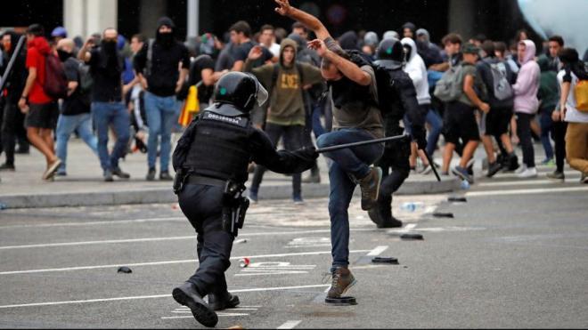 Els Mossos han carregat per evitar que els milers de persones concentrades a la T-1 del Prat poguessin passar la línia de seguretat que havien establert